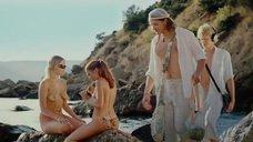 2. Обнаженные девушки разрисовывают друг-друга на пляже – Дикари