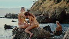 3. Обнаженные девушки разрисовывают друг-друга на пляже – Дикари