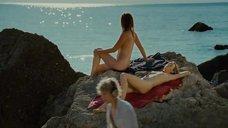 2. Голые девушки загорают на скале – Дикари
