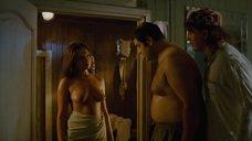 Девушка топлес выходит из бани