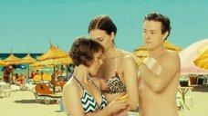 Настасья Самбурская и Анна Кузина на пляже