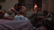 Робин Райт трогают за грудь