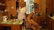 Елена Шевченко снимает колготки