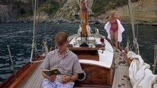 Гвинет Пэлтроу в купальнике на корабле