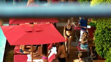 1. Марго Робби в черном купальнике – Фокус