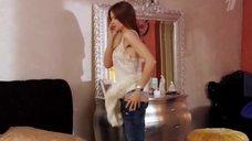Мария Миронова одевается