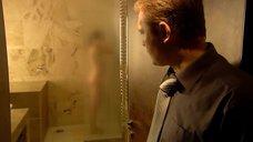 2. Виктория Исакова принимает душ – Улыбнись, когда плачут звезды
