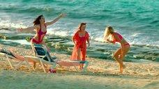 Наталья Рудова, Мария Кравченко, Настасья Самбурская на пляже