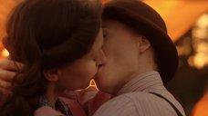 Лесбийский поцелуй Мэри Стокли и Наташи Уайтман