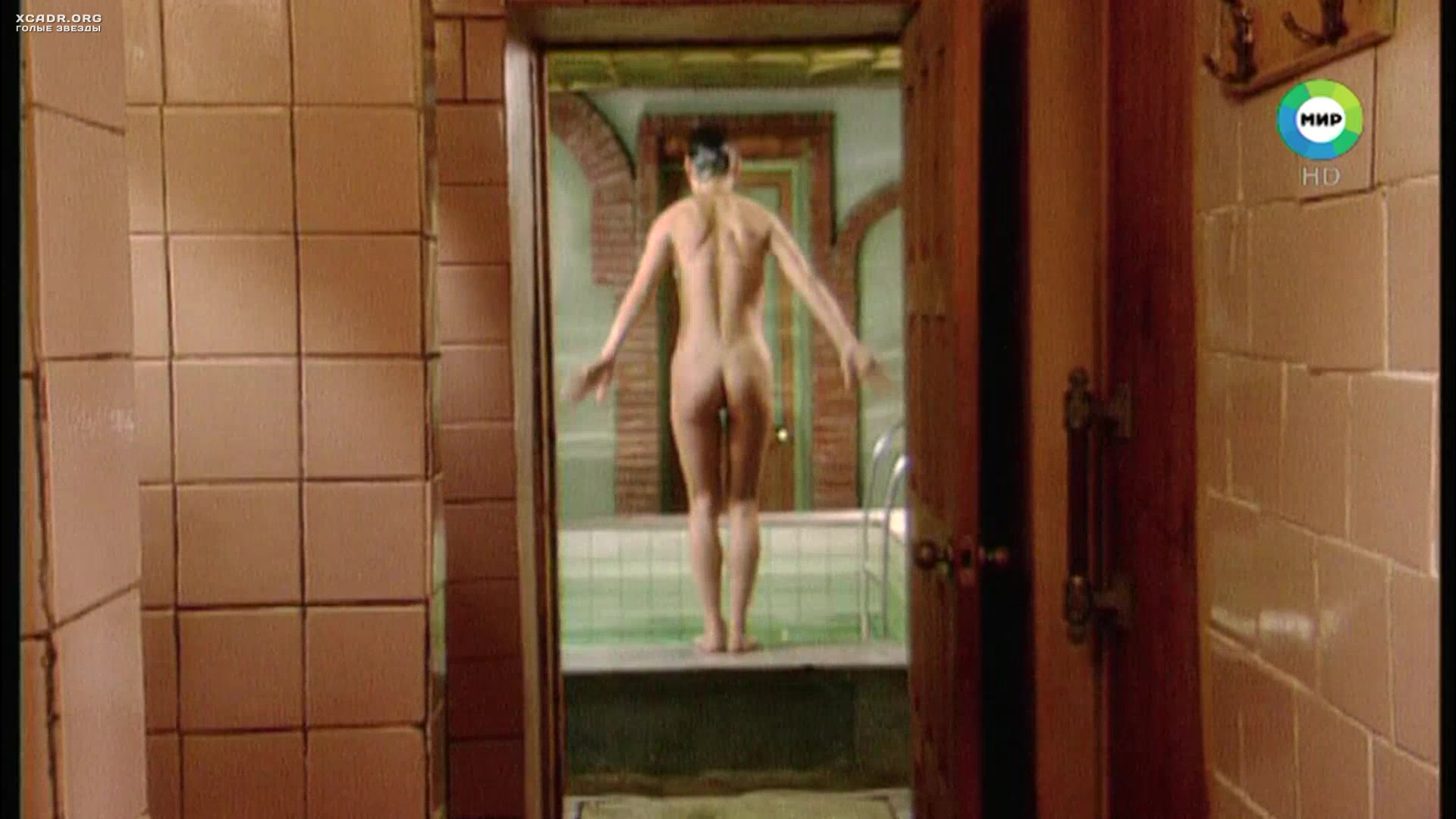 Обнаженная Евгения Игумнова садится в ванну  Тело будет