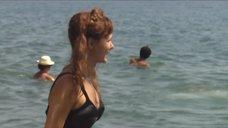 Екатерина Климова купается в море