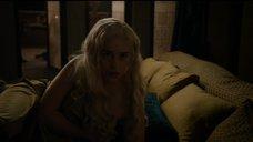 Эмилия Кларк прикрывает грудь одеялом