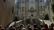 2. Обнаженную Лину Хиди ведут через толпу – Игра престолов