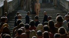 4. Обнаженную Лину Хиди ведут через толпу – Игра престолов