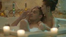 2. Анастасия Меськова принимает ванну – Сладкая жизнь