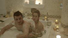 Анастасия Меськова принимает ванну