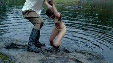 Женя Малахова купается в озере