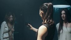 4. Обнаженные Оксана Борбат и Ксения Фесенко целуются – Возвращение в дом ночных призраков