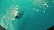 Мэгги Грэйс купается в бассейне