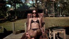 Сара Батлер загорает в черном купальнике