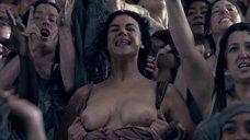 3. Девушка на трибуне показывает грудь – Спартак: Кровь и песок