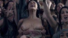 5. Девушка на трибуне показывает грудь – Спартак: Кровь и песок