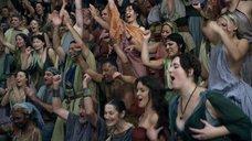 1. Девушки демонстрируют голую грудь на трибунах – Спартак: Кровь и песок
