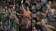 2. Девушки демонстрируют голую грудь на трибунах – Спартак: Кровь и песок
