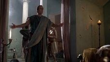 2. Полуголая прислуга одевает хозяина – Спартак: Кровь и песок