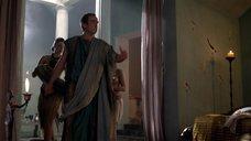 3. Полуголая прислуга одевает хозяина – Спартак: Кровь и песок