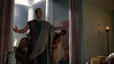 4. Полуголая прислуга одевает хозяина – Спартак: Кровь и песок