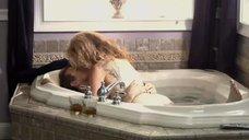 Обнаженная Лиза Линдс в ванной