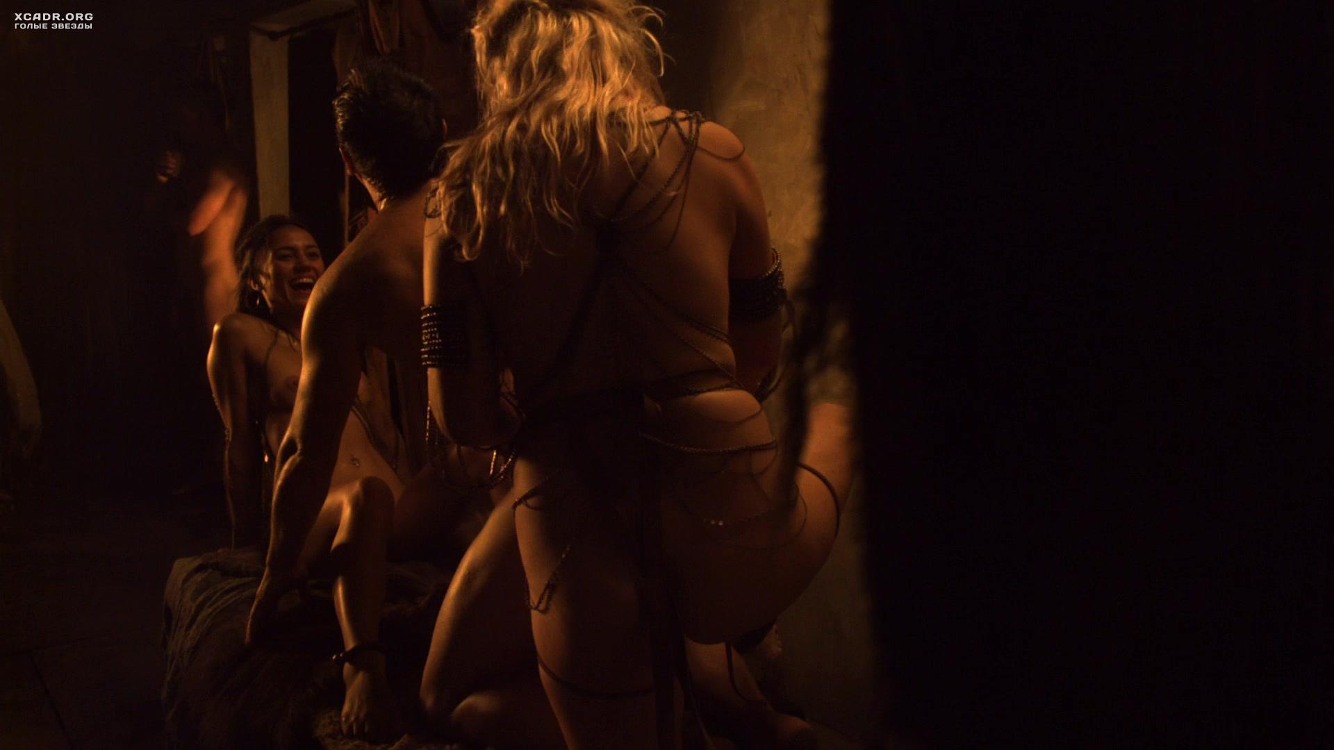 Цезарь развлекается с голыми рабынями