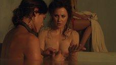 Люси Лоулесс принимает ванну
