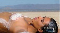 12. Голая Ким Кардашьян в пустыне