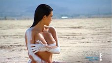 2. Голая Ким Кардашьян в пустыне