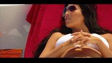 11. Ким Кардашьян в белом купальнике