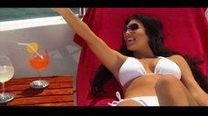 14. Ким Кардашьян в белом купальнике