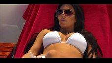 Ким Кардашьян в белом купальнике
