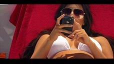 7. Ким Кардашьян в белом купальнике