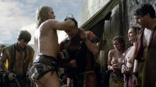 1. Прикованные полуголые женщины – Спартак: Война проклятых