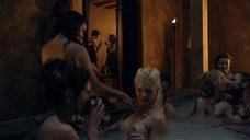 Обнаженная блондинка в бассейне
