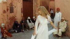 Ариель Домбаль в прозрачном платье