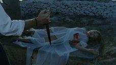 Грудь Ариель Домбаль в крови