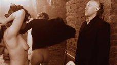 Обнаженные девушки позируют перед фотографом в подвале