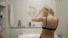 4. Лукерья Ильяшенко раздевается в ванной – Сладкая жизнь