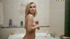 Лукерья Ильяшенко раздевается в ванной
