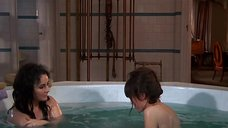 Элизабет Тейлор и Миа Фэрроу плескаются в ванной