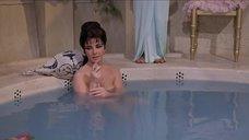 Элизабет Тейлор принимает ванну