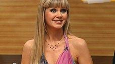 4. Певица Натали демонстрирует свою грудь